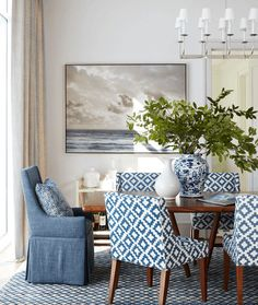 Find inspiration for your dining room lighting design no matter the style or size. Get ideas for chandeliers, drum lights, or a mix of fixtures above your dining table. inspiration for Dining Room Lighting Ideas to add to your own home. Dining Room Blue, Dining Room Design, Classic Dining Room, Casual Dining Rooms, Design Table, Chair Design, Home Interior, Interior Design, Interior Ideas