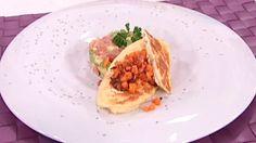 Cómo preparar Tortillas a los cuatro quesos con tartar de aguacate y salmón - RTVE.es