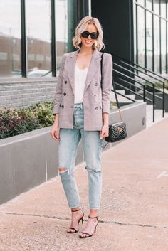 Ever wondered what shoes to wear with cropped jeans? I have you covered in this long post with all the options plus easy dos and don'ts with example photos. Outfit Jeans, Cropped Jeans Outfit, Blazer Outfits, Plaid Blazer, Blazer Fashion, Jean Outfits, Fashion Outfits, Crop Jeans, Work Outfits