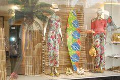 Ideias para Vitrine de Roupas e Calçados Boutique Interior, Shop Interior Design, Retail Design, Store Design, Visual Merchandising Displays, Store Layout, Store Window Displays, Window Design, Balloon Decorations