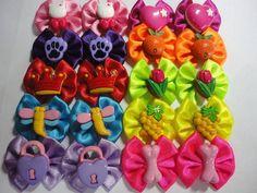 Pacote com 10 pares de laços M com botões para fêmeas. Cores e botões diversos.