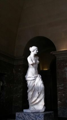 La Venus de Milo Louvre Paris  /    Elle veut nous montrer ce qu'elle a ...