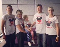Llegaron al aeropuerto con camisetas de Mickey. Después tuvieron que hablar con la policía