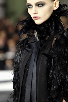 chanel, feathers... glam!