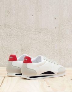Men's retro sports shoes.