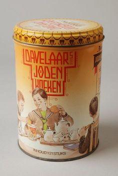 Davelaars Jodenkoeken koekblik, geel met voorstelling van gezin aan de thee met jodenkoeken