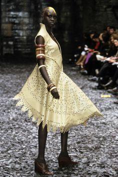Alexander McQueen Fall 2000 Ready-to-Wear Fashion Show - Alek Wek