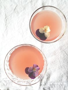 Spring Cocktail | Pink Patisserie - 3 ingredients. Simple, elegant. Looks delicious!http://pinkpatisserie.blogspot.com/2013/04/spring-cocktail.html Pink Cocktails, Spring Party, Cold Drinks, Yummy Drinks, Beverages, Fun Drinks, Healthy Smoothies, Smoothie Recipes, Drink Recipes