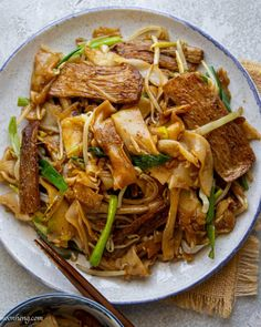 Beefless Chow Fun is vegan and made with homemade hor fun (that is tossed quickly in a heated wok for a flavor-packed meal! Vegan Noodles Recipes, Tasty Noodles Recipe, Noodle Recipes, China Wok, Vegan Beef, Vegan Food, Cantonese Cuisine, Asian Recipes, Ethnic Recipes