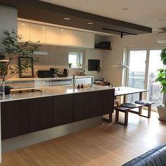 女性で、4LDKのバーチカルブラインド/マーチソンヒューム/リクシルカップボード/ルイスポールセン…などについてのインテリア実例を紹介。「明日から雨か〜(*_*) 梅雨なのになかなか降らないから心配したけどいざ降るとなるとやっぱり嫌だな〜 」(この写真は 2017-06-19 20:05:20 に共有されました) Kitchen Interior, Luxury Kitchens, Kitchen Room, House Design Kitchen, Home Kitchens, Kitchen Dinning, Kitchen Renovation, Small U Shaped Kitchens, Kitchen Design