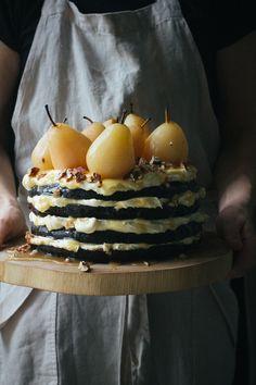 La torta speziata al cioccolato con pere caramellate sarà sicuramente il prossimo dolce che vorrai preparare per far colpo sui tuoi amici. Provala subito!