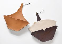 Coffee filter holder / Teha'amanaの画像:MIGRATORYのブログ Leather Art, Leather Design, Leather And Lace, Leather Diy Crafts, Leather Projects, Leather Purses, Leather Wallet, Coffee Filter Holder, Leather Bible Cover