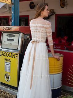 Traumhaftes Brautkleid mit einem Oberteil aus Spitze, halblangen Ärmeln und fließendem Rock. Rock, Dresses With Sleeves, Formal Dresses, Long Sleeve, Fashion, Tops, Lace, Mariage, Dresses For Formal