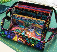 Workshops, Lessons, and Projects to Help You Sew Like a Rock Star! Sew Together Bag, Sewing Projects, Sewing Ideas, Craft Bags, Sewing Patterns, Bag Patterns, Handmade Bags, Vera Bradley Backpack, Manualidades