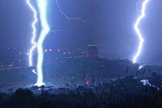 Mitchell Krog fotografou o momento em que três raios atingiram o solo dentro de 15 segundos. (Foto: Mitchell Krog/Barcroft USA/Getty Images)