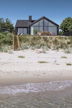 Det er som at have fået flere huse under samme tag House By The Sea, House In The Woods, A Frame House Plans, Modern Barn House, Black House Exterior, Rural House, Cottages By The Sea, River House, Building A House