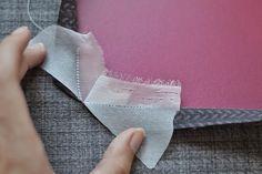 Aujourd'hui je partage avec vous un tuto que j'ai écris pour Craftsy sur les coutures à angle droit. Si vous avez déjà cousu des coutures à angle droit, vous savez…