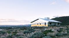 Doug Aitken installs entirely mirrored cabin in the Southern Californian desert California Ranch, Palm Springs California, Building A Small House, San Jacinto Mountains, Western Landscape, Mirror House, American Houses, Ranch Style Homes, Lloyd Wright