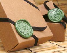 Cadeaux pour les invités avec cachet à cire personnalisé.