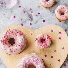 Schnell noch eine Idee zum Valentinstag gesucht? Ich habe da Himbeer Donuts 🍩 mit ordentlich Zuckerguss. Die schmecken garantiert besser als gekauft. Rezept für die süßen Teilchen aktuell auf dem Blog #Valentinstag #donuts #donut #valentinesday #foodies #homemade #baking #foodcoma #foodlovers #liebegehtdurchdenmagen #love #liebe #raspberrydonuts #foodblog #foodgram #foodphotography #glücklich #bemyvalentine #getinmybelly #bake #igfood #foodblogger #onthetable : @babyrockmyday