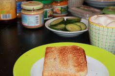 Wie Teller, Kaffee, Toast und Belag (hoffentlich in dieser Reihenfolge) auf Laura's Tisch landeten weiß sie nicht, aber so kann das Frühstück dann auch beginnen.