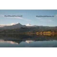 Reflection of Volcano VIllarica. Photos imprimées sur papier Premium avec encadrement pour un rendu de qualité.