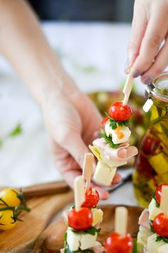 Bunte Antipasti Sticks von den [Foodistas]! Würzig eingelegt und hübsch aufgespießt!