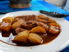Preparación1. SUMERGE los chiles en agua muy caliente alrededor de 10 minutos. Licúa junto con la cebolla.2. AÑADE aceite a una sartén caliente y sofríe las papas hasta que estén doradas.3. INCORPORA los bisteces de cerdo y mueve hasta que se hayan cocido.4. AÑADE la salsa y sazona con sal. Cuece por 25 minutos o hasta que las papas estén suaves.