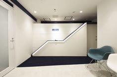 成長と飛躍をイメージしたエントランスと光と動きを感じられるオフィス空間|オフィスデザイン事例|デザイナーズオフィスのヴィス Office Entrance, Clinic Design, Lobby Design, Wall Design, Reception, Designers, Desk, Rustic, Interior Design