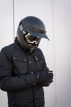 A great outfit for all cafe racer and scrambelr riders. The Bell Moto 3 has been incredibly popular since it received updated modern safety standards. Paired with Barstow goggles it looks brilliant! The REV'IT Bowery jacket is waterproof and has a thermal liner but retains a casual image, as do the REV'IT Hydra 2 gloves. Bell Moto 3, Retro Fashion, Vintage Fashion, Bike Wear, Motorcycle Outfit, Motorbikes, Classic Style, Batman, Bikers