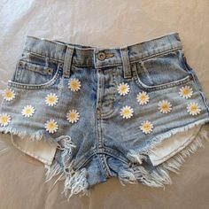 flower power shorts! DIY fashion. Customised shorts. denim short with daisies