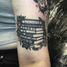 01 Awesome Book Tattoo Designs Ideas For Bookworms - Bellestilo Dream Tattoos, Time Tattoos, Future Tattoos, Body Art Tattoos, New Tattoos, Piercing Tattoo, Piercings, Book Tattoo, Tattoo Quotes