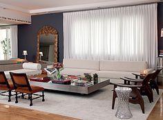 A designer de interiores Roberta precisou comprar quase tudo novo para o apartamento, bem maior que o anterior. Mas a sala tem peças de valor afetivo, como as poltronas, herdadas de uma tia-avó, e o espelho do século 16, presente de Bya Barros (Foto: Cacá Bratke/Casa e Jardim)