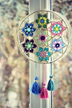 Zoals beloofd zou ik jullie nog een leuke toepassing laten zien van de Vintage Glamour Christmas Stars As promised I would show you something you can also make of the Vintage Glamour Christmas Stars Crochet Home Decor, Crochet Crafts, Crochet Projects, Mandala Au Crochet, Crochet Doilies, Dreamcatcher Crochet, Vintage Glamour, Wall Hanger, Diy And Crafts