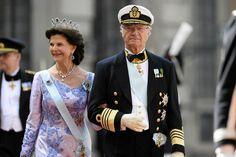 Ruotsin kuningas Kaarle XVI Kustaa ja kuningatar Silvia saapuivat seuraamaan poikansa hääseremoniaa.