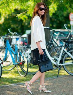 look-escritorio-saia-babado-preta-blusa-oversized-blazer-bolsa-preta-maxi-sunglasses