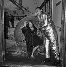 Gala dans l'ovocipède de Dali présenté à l'ancien palais des glaces en 1959 (depuis Paris et Dali)