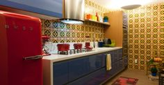 Na cozinha de estilo retrô, os arquitetos Gilberto Cioni e Olegário de Sá mostram que é possível misturar várias cores fortes em um único ambiente. Nas paredes foram utilizadas ladrilho hidráulico (Vianarte) e os armários da Segatto ganharam tonalidade personalizada, escolhida pelos profissionais