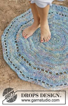 """Crochet DROPS carpet with double crochet and eyelet rows in 6 strands """"Fabel"""". ~ DROPS Design"""