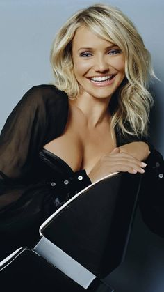 Cameron Diaz Cameron Diaz is an American former model and also actress. Cameron Diaz is among the icons of industry due to her great acti. Cameron Dias, Beautiful Celebrities, Gorgeous Women, Princess Fiona, Celebrity Pictures, Hollywood Actresses, Locks, Blond, Belle