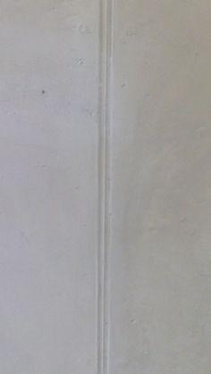 3 witte lijnen in het midden van de grond.
