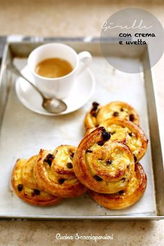 """""""Venetian blinds"""" - Swivels with cream and raisins Italian Pastries, Sweet Pastries, Bread And Pastries, Italian Desserts, Italian Recipes, Pastry Recipes, Dessert Recipes, Good Morning Breakfast, Coffee Cake Muffins"""
