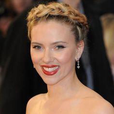 On adore cette simple couronne tressée portée par Scarlett Johansson. Parfaite pour une soirée chic ou romantique ! Mon Vanity Ideal vous propose les 10 plus jolies tresses à essayer. #couronne #tresse #chignon #braid #romantique #chic #soir