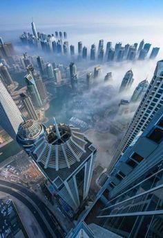 vue magnifique   ... -ciel-dans-les-nuages-jolie-vue-vers-le-ville-moderne-magnifique-vue