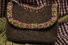 Glücksflügel: Trachtentasche aus Filz