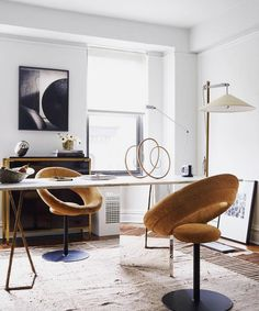 Sculptural furniture can transform a space, and these mustard chairs by Charlie Ferrer are no exception! The circular form repeats throughout the room, creating seamless continuity... oh and it's #humpday // Design: @ferrer.co