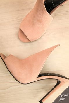 Elle savait mettre ces jolies chaussures en valeur, que ce soit sur la passerelle ou sur le tapis rouge. On the catwalk or on the red carpet, she knew how to enhance these lovely high-heeled shoes. Pink suede high heels mule www.1861.ca