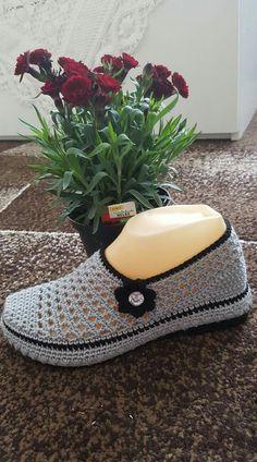 Crochet Boots, Crochet Baby, Knit Crochet, Crochet Flip Flops, Boho Shoes, Slipper Sandals, Crochet Flower Patterns, Knitted Slippers, Boot Cuffs