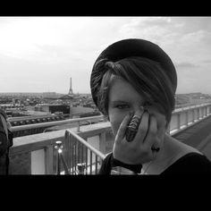 Elle aime Paris!!