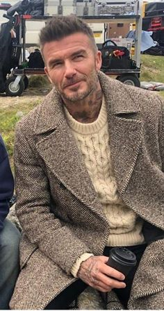 - - Source by Estilo David Beckham, David Beckham Style, Fashion For Men Over 50, Best Mens Fashion, Winter Outfits Men, Style Outfits, Urban Street Style, Men Style Tips, Well Dressed Men